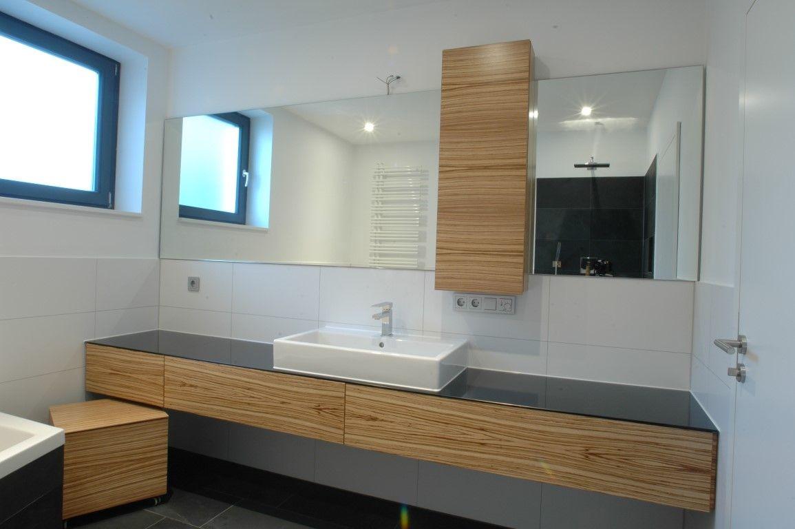 Badezimmer Waschtisch ~ Schönes bad mit waschtisch aus holz und schwarzer wandfarbe bad