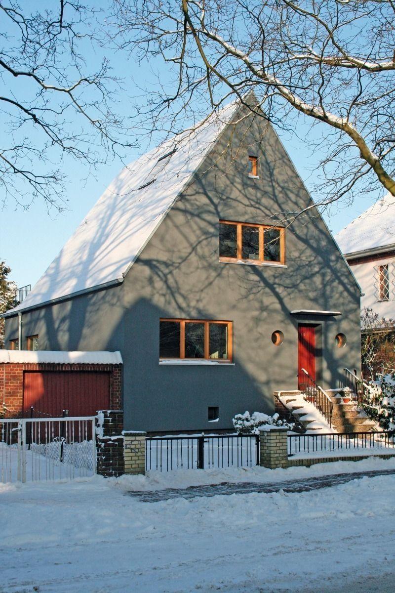 Dank des ETICS-Systems und grauer Farbe mit einem Lichtreferenzwert von 14, …   – Fassade