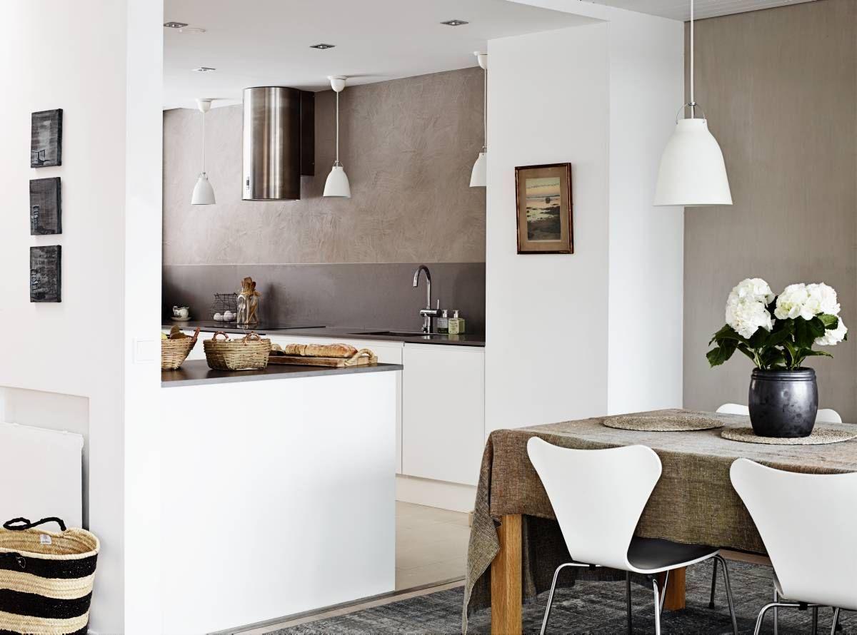 −Keittiön ja ruokailutilan välinen seinä kaadettiin, sillä halusimme avaran tilan, Leea kertoo. Keittiön suunnitteli Sebastian Sandelin ja sen toteutti Keittiömaailma.