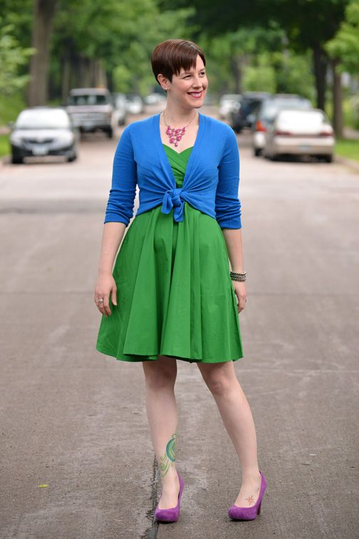 Vestido verde con zapatos morados