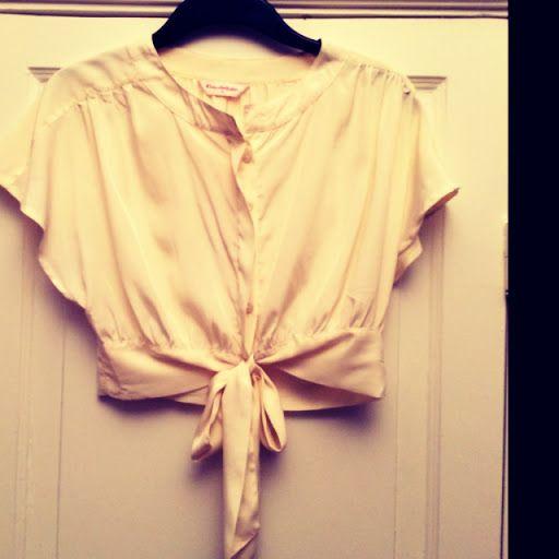 Benvit tunn tröja som knyts i midjan. | Vintage & Second hand  http://www.getosom.com/a/5546359704780800-5649050225344512 #vintage #secondhand #fashion #osom #iwantthis