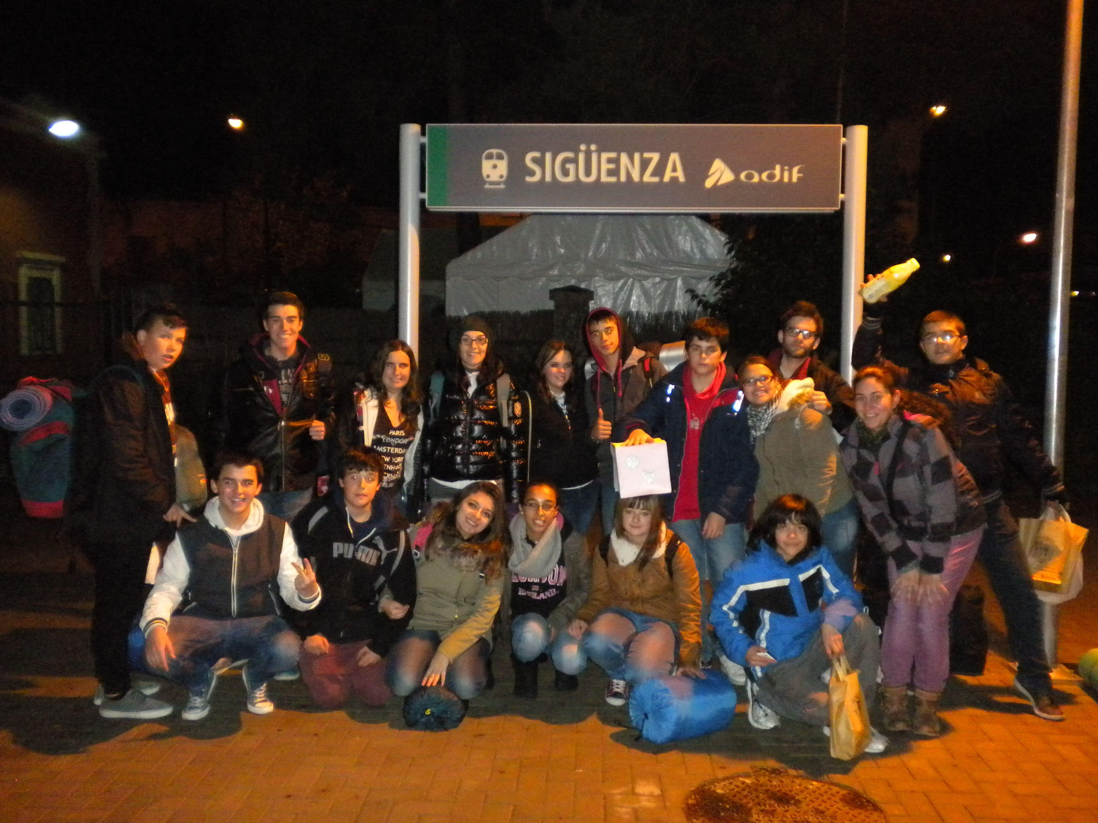 Despedida a los jóvenes de Alovera en la estación de tren de Sigüenza. http://lasalamandrasiguenza.wordpress.com/2013/10/18/i-encuentro-de-centros-jovenes-de-alovera-y-la-salamandra-de-siguenza/