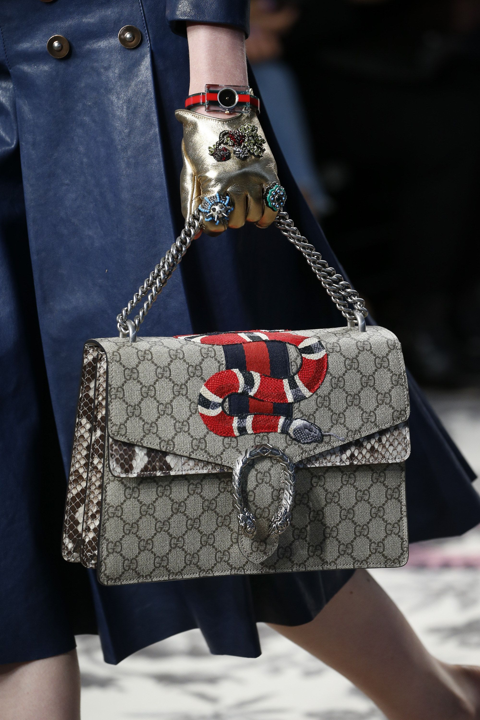 cb8bf8da0 Gucci Spring 2016 Ready-to-Wear Accessories Photos - Vogue Bolsos Gucci,  Ropa
