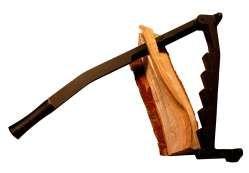 Fliskløyver`n - Å lage flis blir rene flisespikkeriet! Borte er behovet for den farlige øksa og hoggestabben. Den smale kniven følger lett krokete ved- der hvor øksa som oftest kiler seg fast.