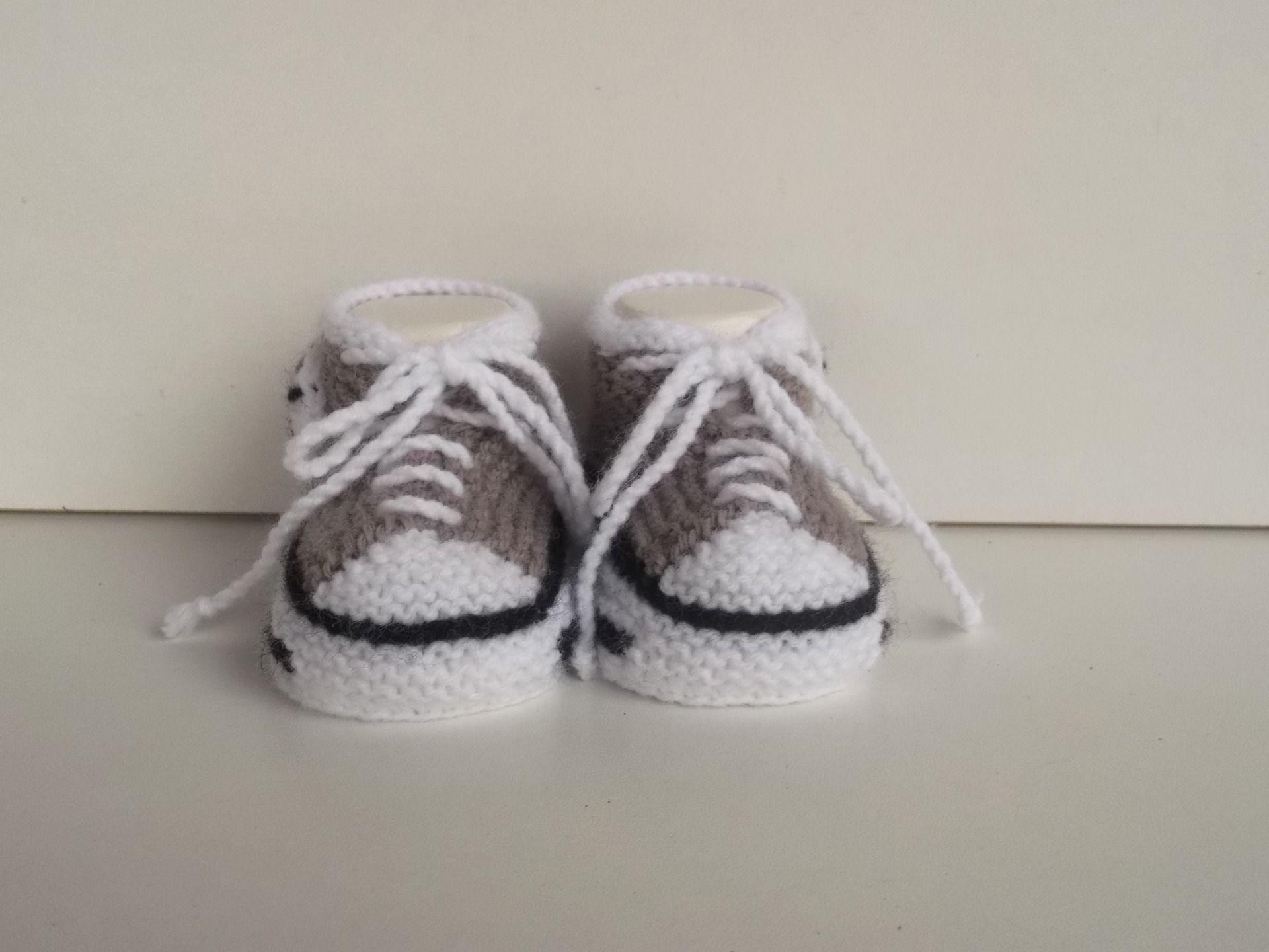 """Chaussons, baskets ,chaussures de bébé en laine, tricotés  """" taupe"""" 0/3 mois."""