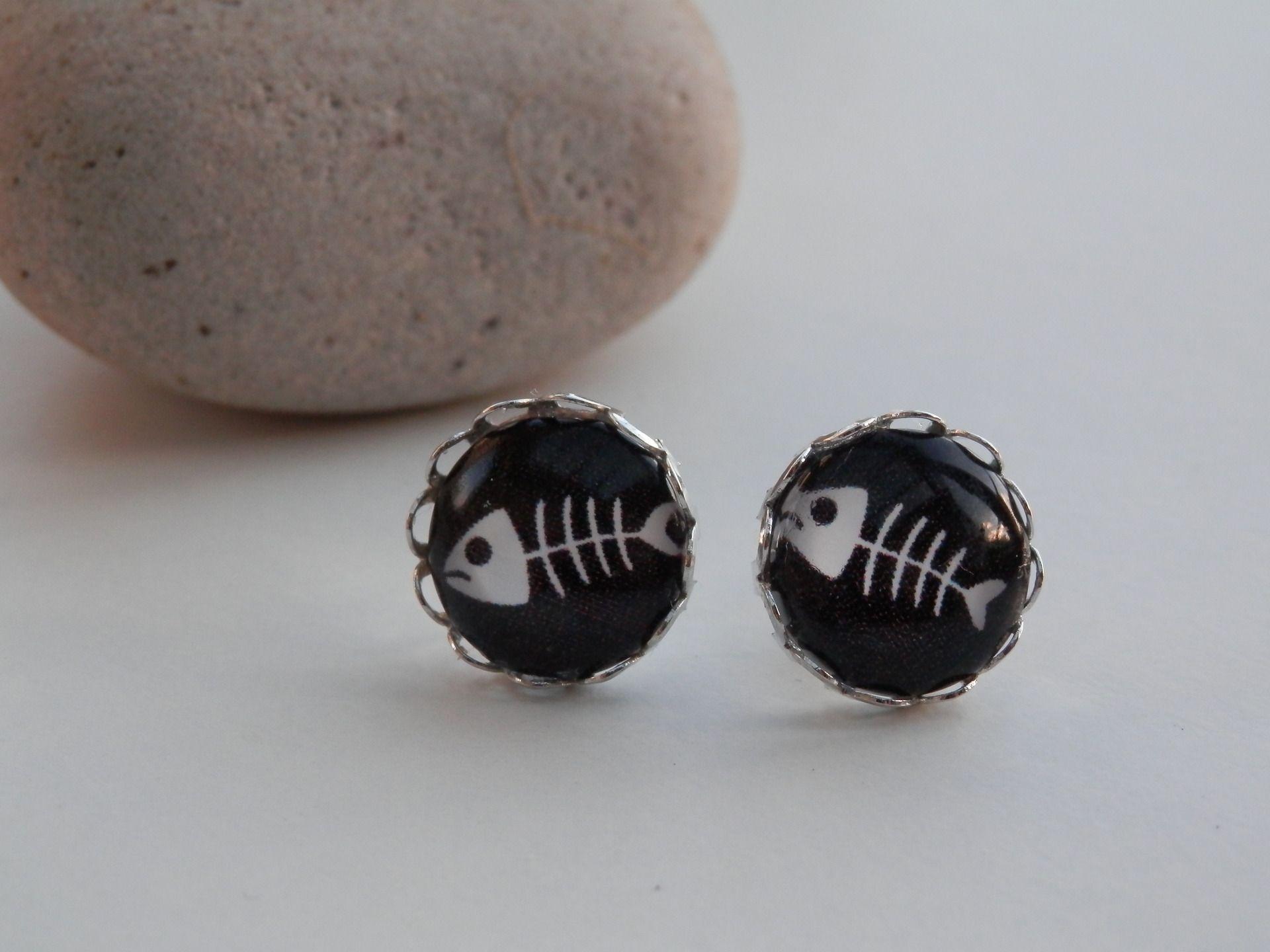 Boucles d'oreilles style puces, cabochon en verre arête ou squelette de poisson style BD : Boucles d'oreille par motus-et-bouche-cousue