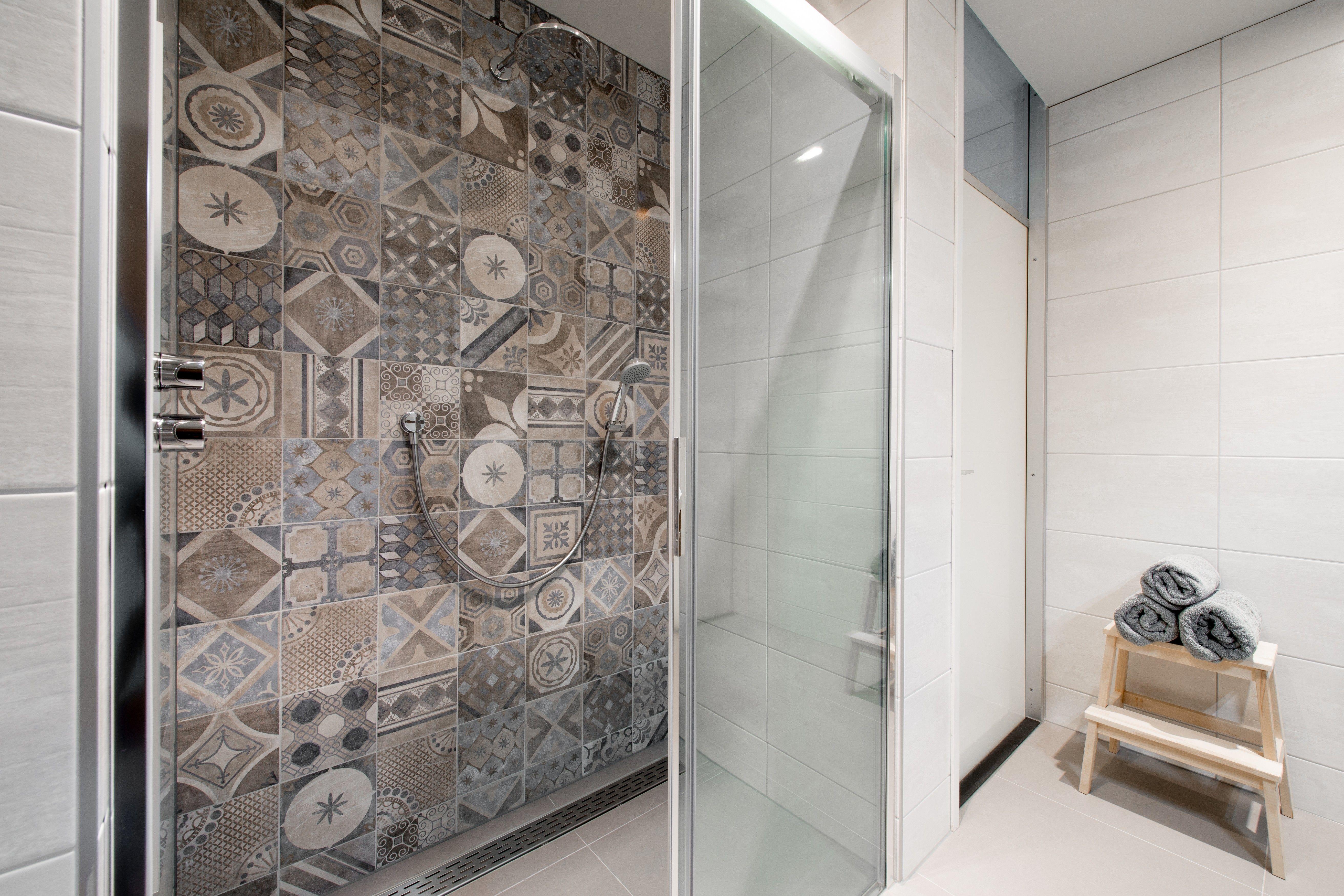 Warme landelijke badkamer - Houten wastafelonderkast - Sunshower ...