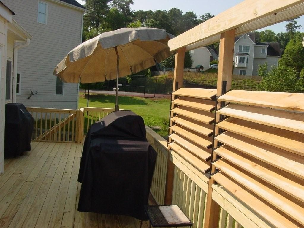 Diy simple louvered privacy fence for deck patio in your for Outdoor privacy fence screen