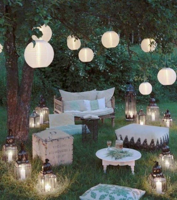 lampions und papierlampenschirme im garten sorgen f r gem tliches licht an lauen sommerabenden. Black Bedroom Furniture Sets. Home Design Ideas