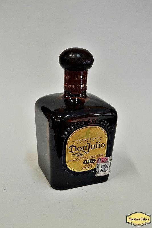 Tequila Reserva de Don Julio, añejado en barricas de roble blanco americano por 18 meses en pequeñas cantidades.