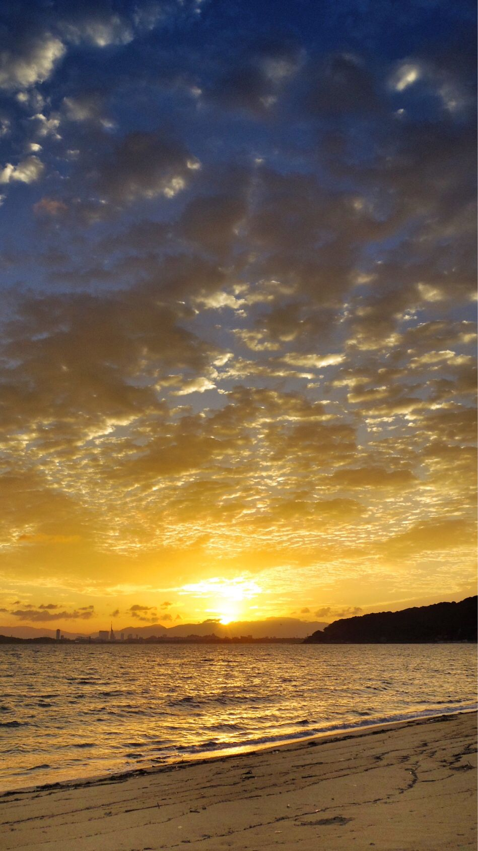 26  Sept. 6:21 博多湾日の出です。#sunrise ( Morning Now at Hakata bay in Japan )