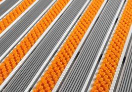 SUR MESURE Tapis d'entrée 17RG, coloris textile reps: ORANGE UNI, coloris gomme: NOIR - tapis d'entrée sur structure aluminium de 17 mm de hauteur, revêtement reps (fibres textiles - polypropylènes) alterné au revêtement gomme caoutchouc. Système ouvert enroulable, assurant une protection irréprochable pour les sols avoisinants. >> http://www.tapisdentree.fr/tapis-sur-mesure/tapis-d-entree-17rg-5252.html