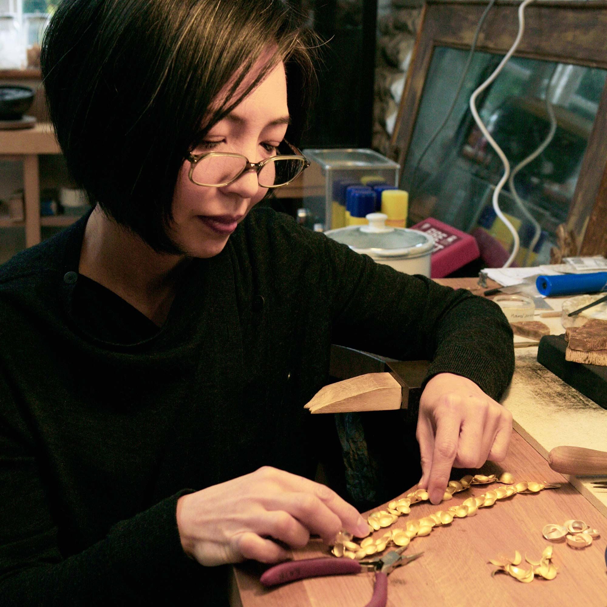 Kayo Saito making a gold necklace #contemporaryjewellery