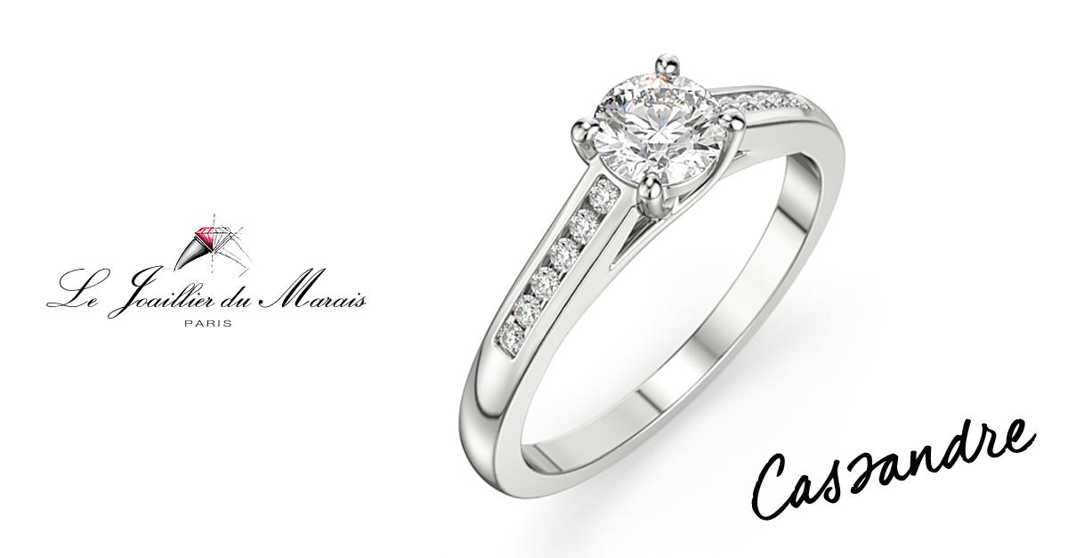 La bague CASSANDRE est un solitaire accompagné en or 18KT ou platine 950, dont les diamants sur la monture mettent en valeur la pierre précieuse de votre choix, créant ainsi un bijoux au plus proche de vos exigences.