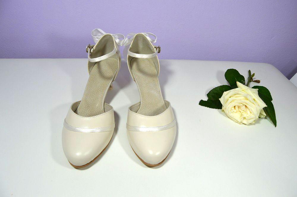 79a0ce6084 Svatební boty z pravé kůže v kombinaci se saténem v barvě Ivory. Svadobné  topánky z