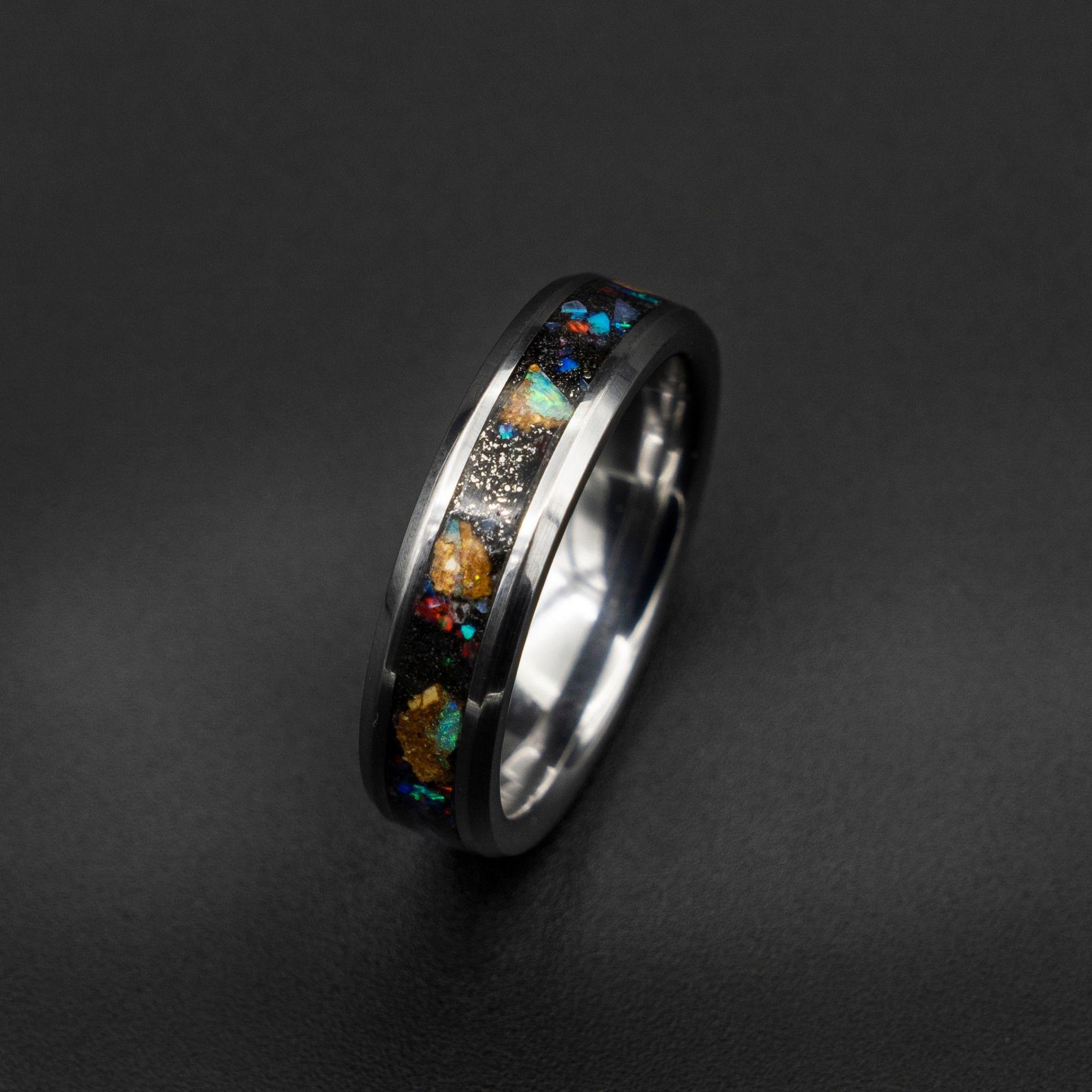 Pin van Decazi tungsten wedding rings op meteorite ring