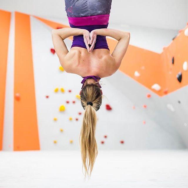 Sonntagsentspannung.  Mia Eckstein hängt gemütlich ab  #jung_ware #boulder #klettern #freizeit #climbing #yogalove #kletterhose #biobaumwolle #madeineurope