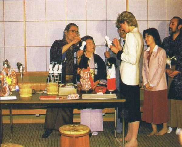 1985-05-11 Diana watches dollmakers at work at a Buddhist Temple in Tokyo