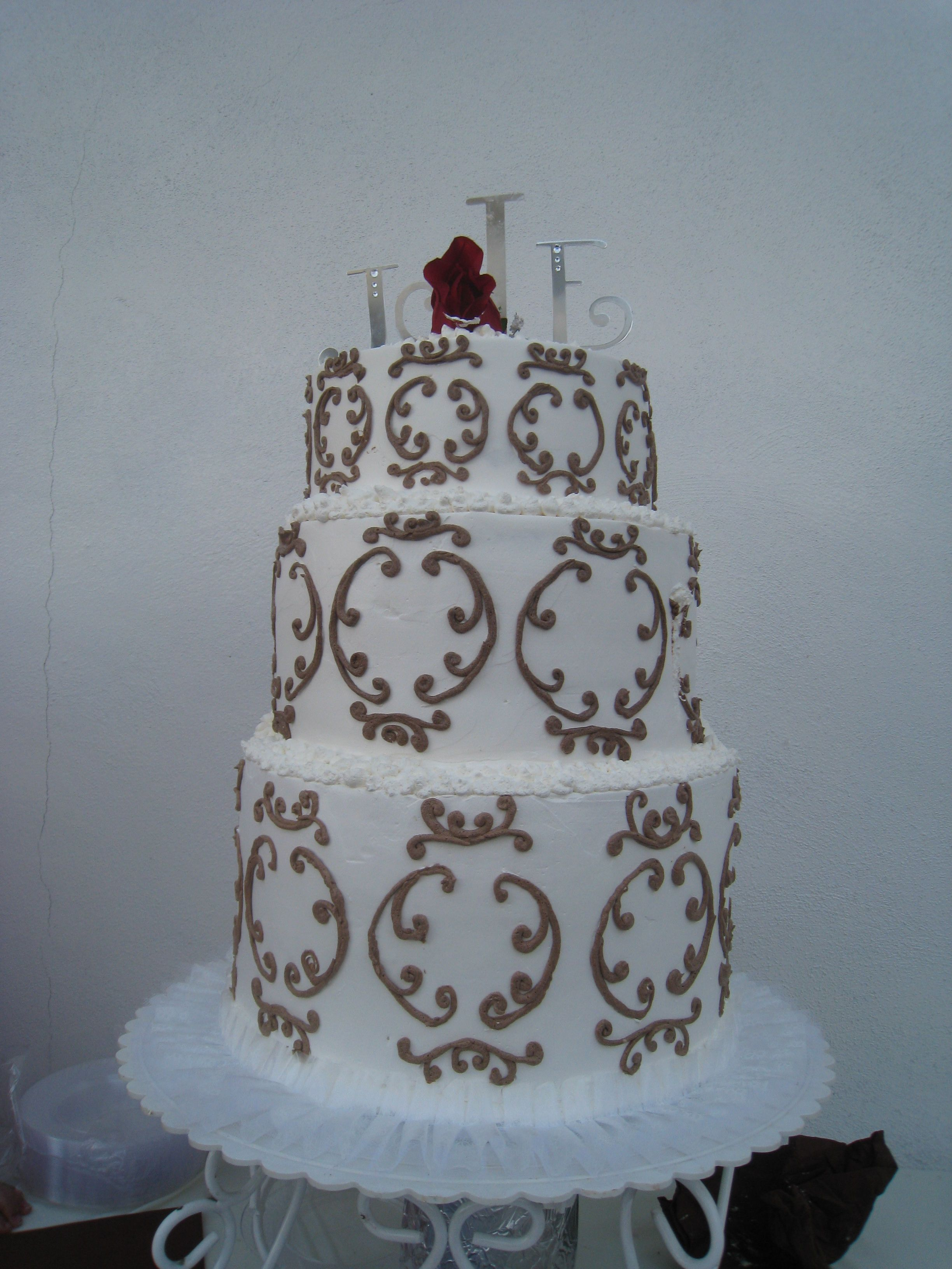 Topper of the cake with the first letter of your name and the first