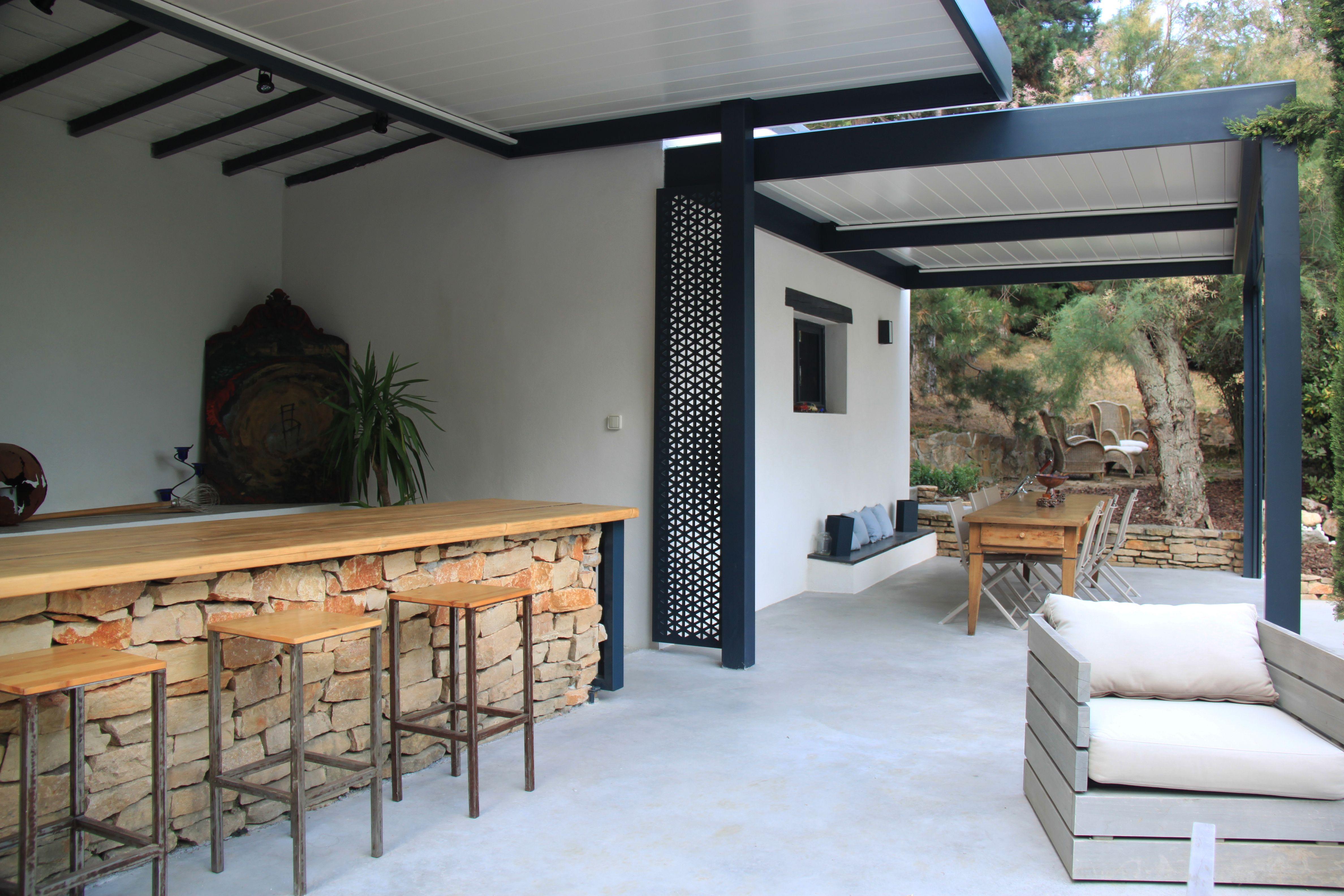Espace Barbecue grande terrasse en béton ciré avec espace salon repas bar et