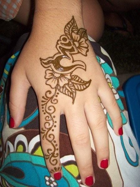 Beautiful Henna Tattoo Designs For Your Wrist: Beautiful Henna Tattoo Design On Hand For Girls