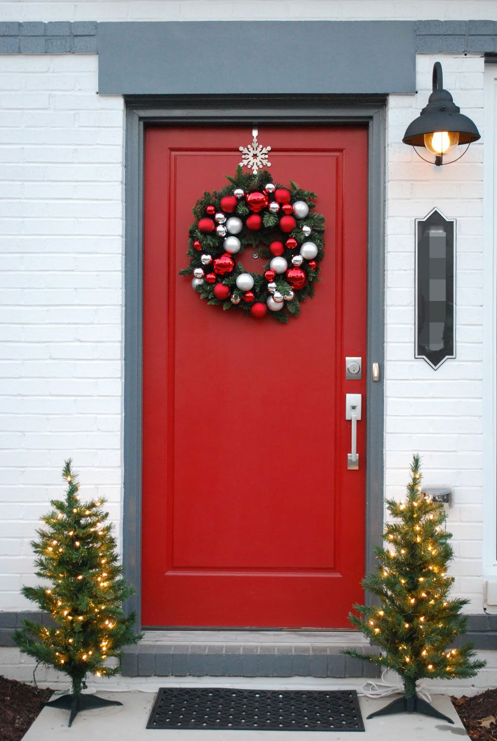 50 best christmas door decorations for 2018 christmas for Door garland christmas