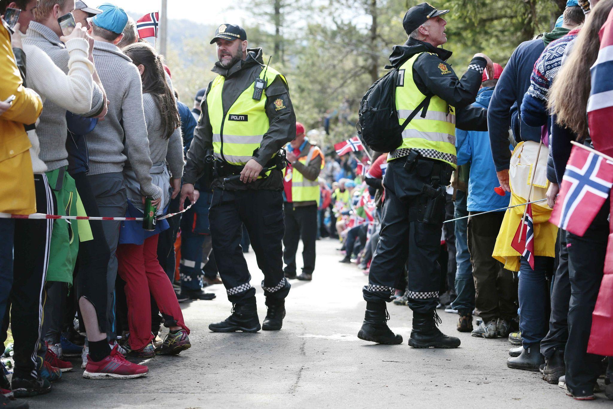 Politiet gjør sine nødvendige grep under etappen opp Fløyen. Foto: Tor Høvik