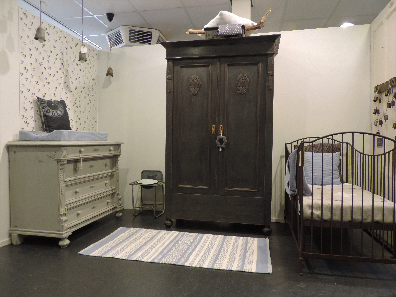 Hoogte Commode Babykamer : Unieke babykamer met donkergrijs gerestylde kast lichtgrijze