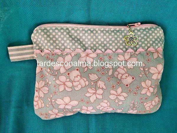 Si tienes retales, aprovéchalos para hacer un neceser de bolso como este. ¡Tendrás todo siempre a mano!