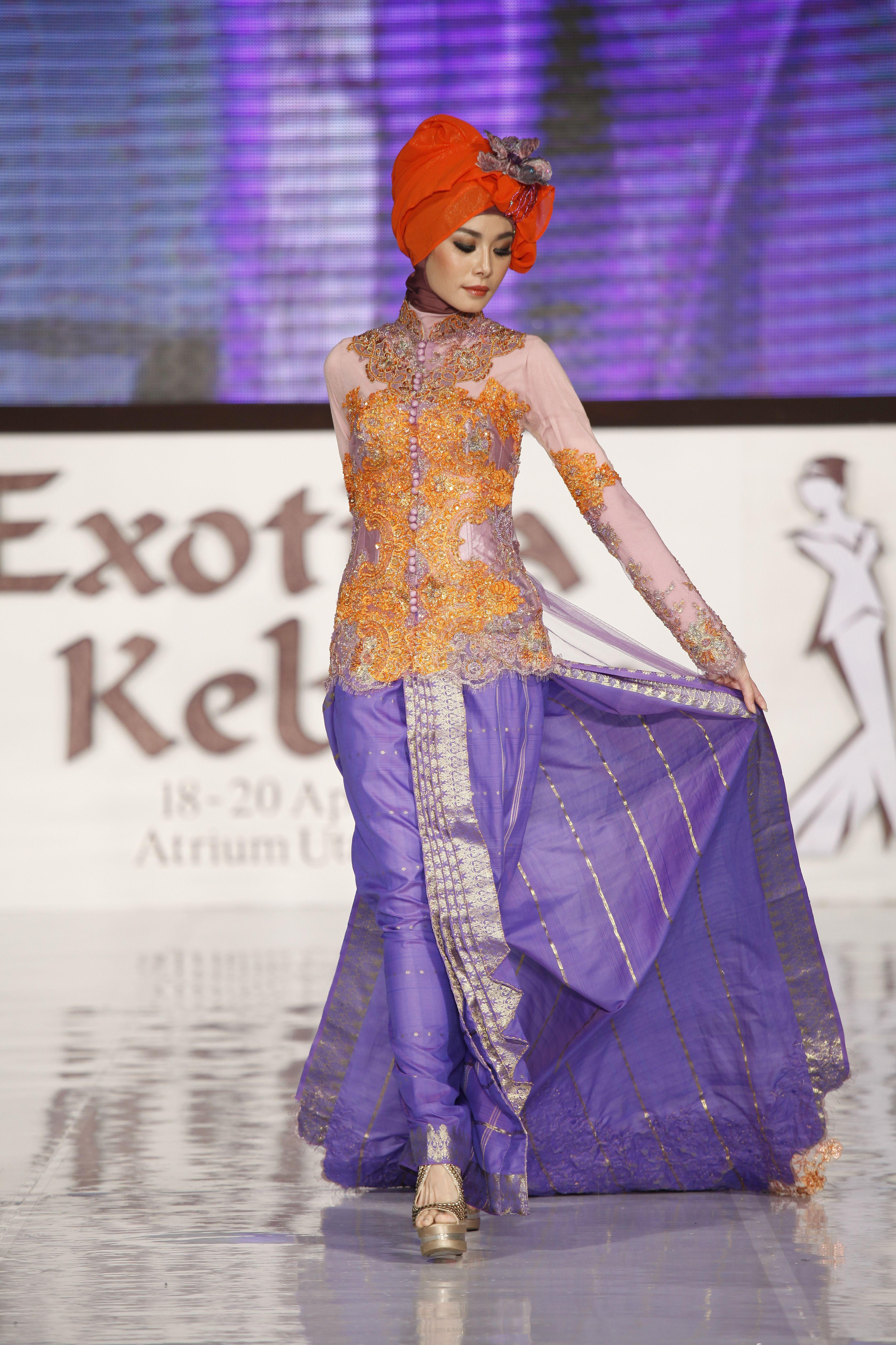 kebaya warna orange dengan kombinasi ungu cocok untuk menghadiri acara resmi kami juga menerima