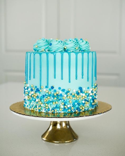 Absolutely in love with this all blue cake for a sweet ...
