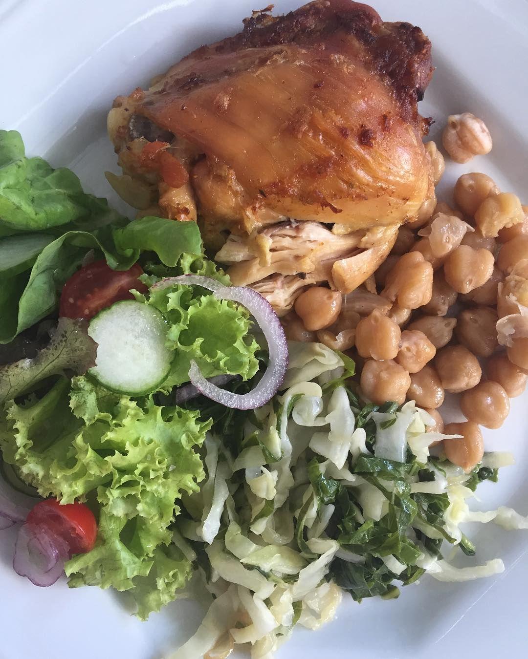 Almoço de hoje foi franguinho assado  grão de bico  couve e repolho refogados  saladinha  #eatclean #healthylifestyle by realfitlife_