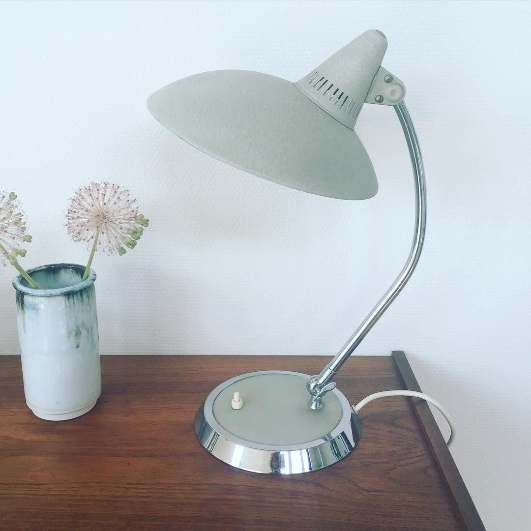Smuk tysk Hala lampe fra 50'erne i støv grågrøn farve  45 cm høj 1950,-kr #habengutsilkeborg #retro #tilsalg  #halalampe #tyskbordlampe