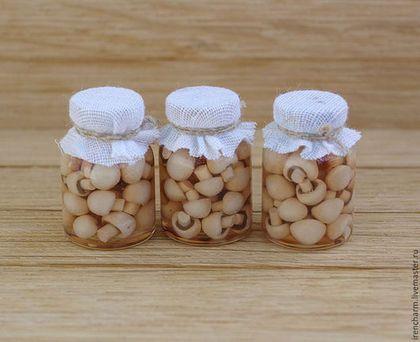 Купить или заказать Консервированные шампиньоны - миниатюрные баночки в интернет-магазине на Ярмарке Мастеров. Грибочки шампиньоны в баночках подойдут для кукольного домика в масштабе 1:12, также и для румбокса. Цена указана за 1 баночку. -------------------------------------------- размер баночки 15*24 мм Точный повтор не возможен.…