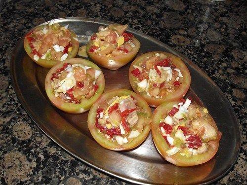 Tomates rellenos de huevo, atún y piquillo