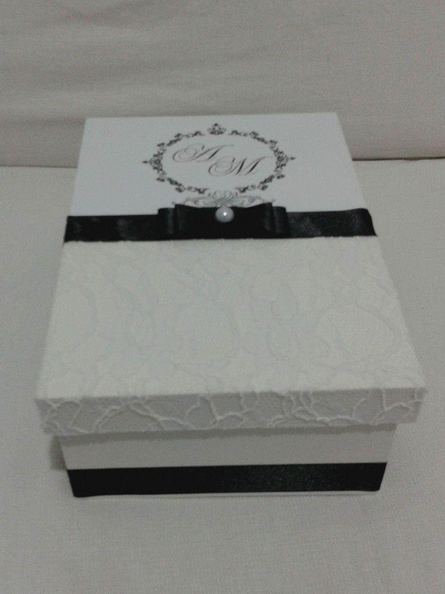 18c9f50bc009 Caixa em MDF, revestimento externo na tampa com renda 100% algodão e brasão  impresso, pintura interna com acabamento em verniz. <br>Acompanha fita de  cetim, ...