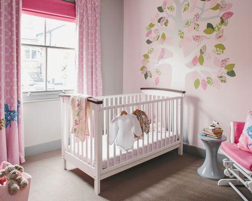 Cette photo montre une chambre de bébé fille tendance avec un mur ...