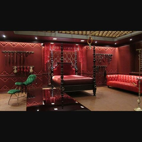 chambre rouge du plaisir ou de la douleur fifty shades. Black Bedroom Furniture Sets. Home Design Ideas