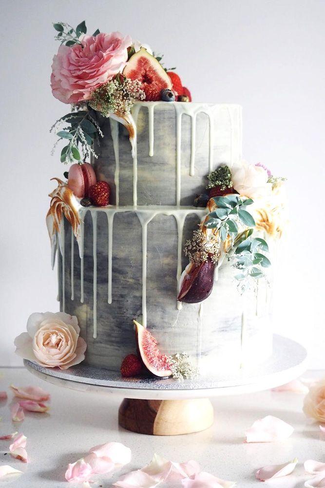Drip Cake, Hochzeitstorte in grau mit rosafarbenen Rosen und Feigen, weiße Schokolade, zweistöckig
