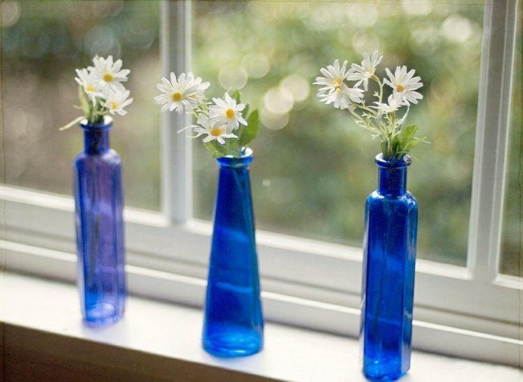im fr hling dekorieren mit g nsebl mchen in blauen vasen vasen und flaschen dekorieren. Black Bedroom Furniture Sets. Home Design Ideas
