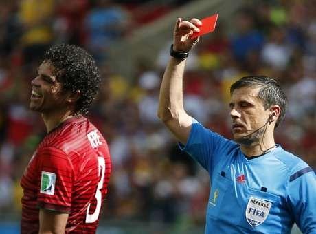 """Pepe é expulso no 1º tempo e movimenta Twitter: """"cabeçudo"""" http://esportes.terra.com.br/alemanha/pepe-e-expulso-no-1-tempo-e-movimenta-twitter-cabecudo,ee52d8b0a95a6410VgnVCM3000009af154d0RCRD.html"""