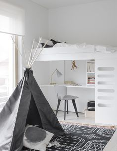 Love the use of white, black and grey in this kid's bedroom!