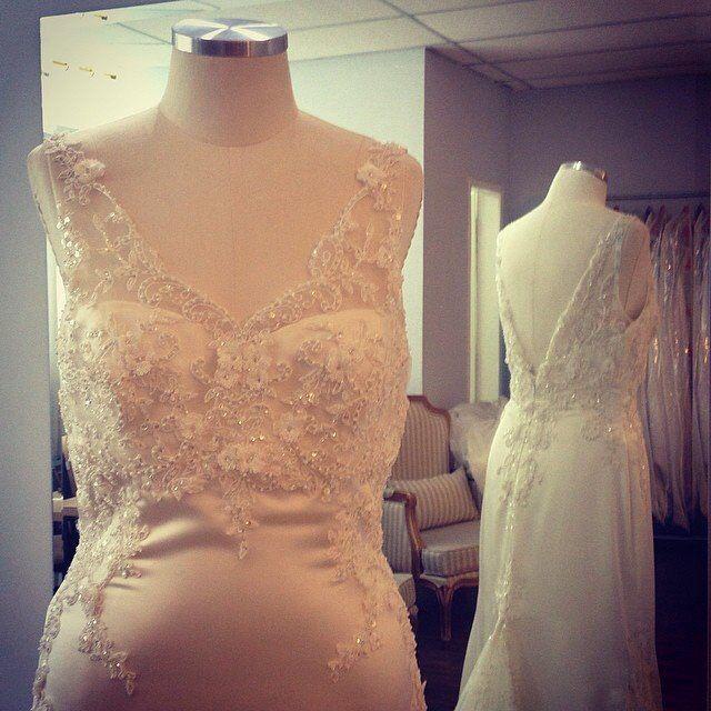 Vestidos que vem e vão...#dress #wedding #weddingdress #white #tule #tulle #pearl #perola #vestido #vestidodenoiva #vintage #bride #bridal #robedumarriée #renda #lace #novia #noiva #moulage #fiancee #love #casamento  #sayyestothedress #branco #instabride #dreamdess #couture #closetdanoiva  #enzoani #gardo