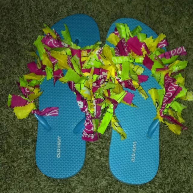 Bandanna flip flops. Any color bandanna cut into four inch strips and tie to flip flop!!!