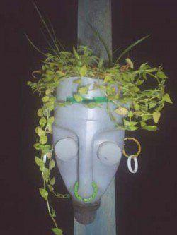 Máscara afro feita de galão usado, por Nito