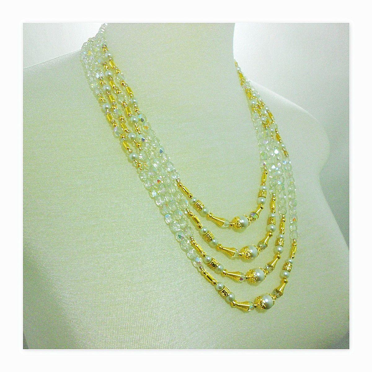 Colar confeccionado com cristais swaroviski no tom branco, na lapidação briolet (5mm-168 peças). Pérolas shell no tom de branco neve (10mm-4 peças, 4mm-40 peças, 3mm-8 peças). Entremeios cone folheado a ouro (8 peças/10mm - 5 banhos), tulipas rendadas folheadas a ouro (8 peças/8mm - 5 banhos), en...