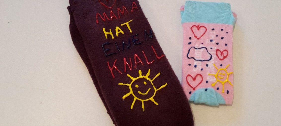 Ihr kennt das doch, oder? In der Küche sind Fließen, oder Ihr habt Laminat oder PVC verlegt. Nun rutscht Ihr oder Eure Kids ständig auf dem Boden rum. Klar gibt es viele schöne Anti-Rutsch Socken. Aber warum nicht einfach welche selber machen? Geht ganz einfach :-)  Ihr braucht: Socken Sockenfarbe (bunte Latexmilch) Pappe Schere Wäscheklammer    Schneidet Euch nun etwas Pappe zurecht ...