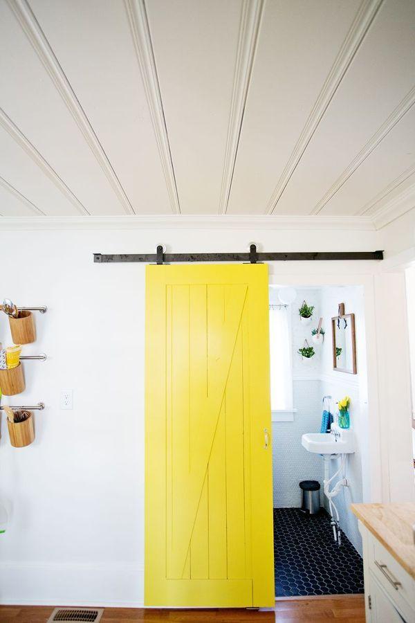 Puerta corredera amarilla reciclada antigua pintada for Puertas correderas antiguas