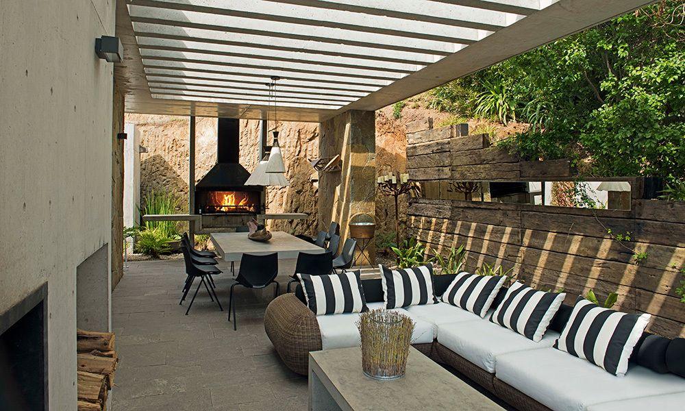 Terraza zapallar muro de durmientes sof de rattan de for Terrazas rurales