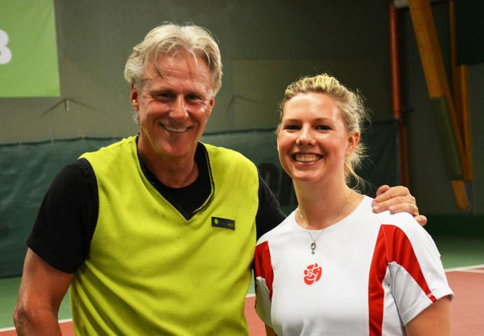 Idrottspolitikern Emilia Bjuggren (S) testar tennis och träffar tennisikonen Björn Borg